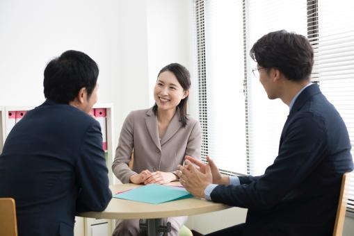 女性社員が上司と職場環境やメンタルヘルスについて話し合っている